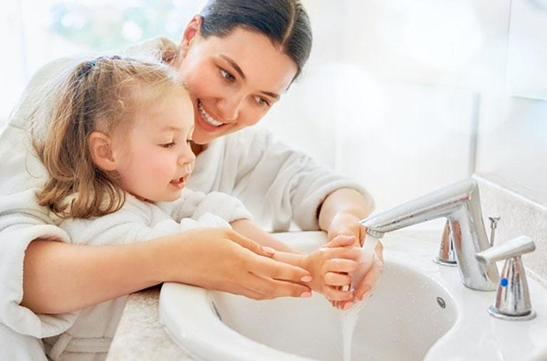 Mẹ nên hướng dẫn cho con cách vệ sinh tay đúng cách giúp loại bỏ vi khuẩn hoàn toàn
