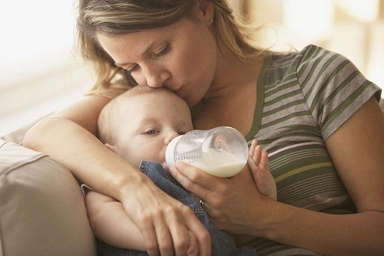 Cho trẻ bị trào ngược dạ dày uống sữa chuyên dụng sẽ giúp giảm nhẹ tình trạng nôn trớ và giúp bé hấp thu dưỡng chất tốt hơn