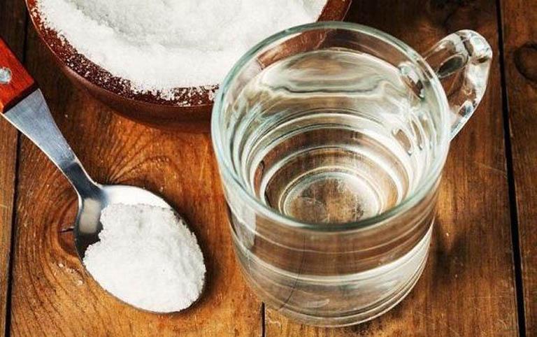 Uống nước muối loãng giúp cấp nước và điện giải cho cơ thể