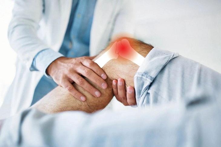 Bác sĩ cần chạm vào gối và quan sát để kiểm tra tình trạng bệnh