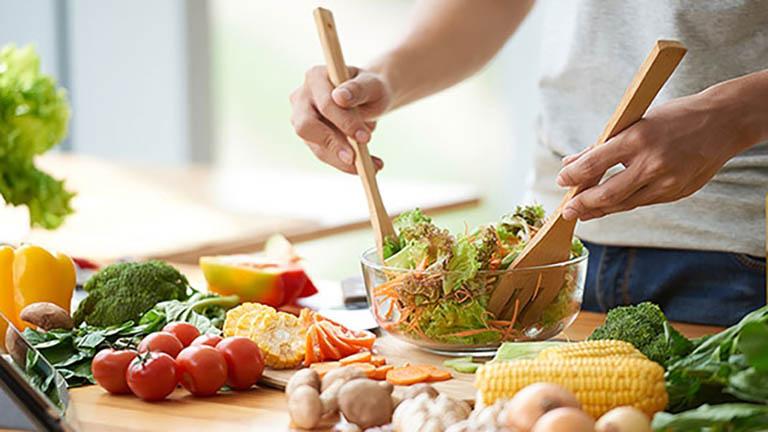 Điều chỉnh lại thói quen ăn uống hàng ngày sao cho phù hợp