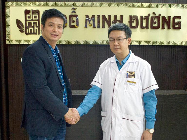 Diễn viên Lê Bá Anh và lương y Đỗ Minh Tuấn tại nhà thuốc Đỗ Minh Đường