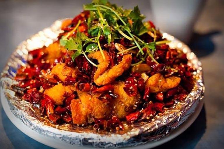 Đồ ăn cay nóng là nhóm thực phẩm mẹ bầu không nên sử dụng nếu không muốn tình trạng táo bón trở nên ngày càng tồi tệ hơn
