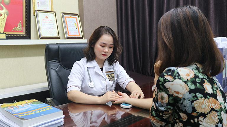 Bác sĩ nhà thuốc Đỗ Minh Đường sẽ thăm khám để đưa ra phác đồ phù hợp với từng chị em