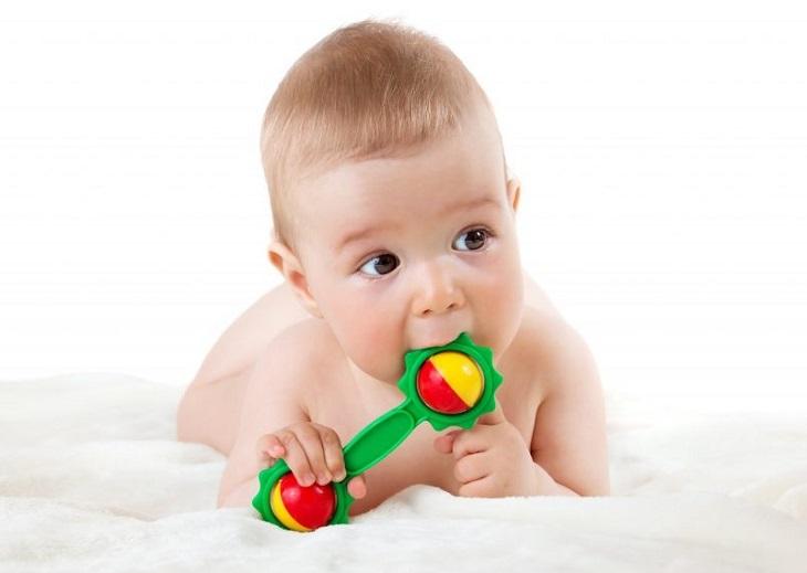 Thông thường, vào tháng thứ 6 bé sẽ mọc chiếc răng sữa đầu tiên
