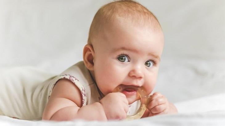 Mẹ có thể cho con sử dụng loại cắn răng bằng nhựa mềm để giúp con kích thích mọc răng