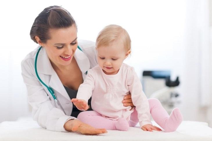 Bé chậm mọc răng nên ăn gì? - Cha mẹ có thể cho bé đi khám dinh dưỡng để được tư vấn từ các chuyên gia