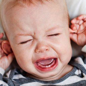 Bé mọc răng hàm bị đau các mẹ cần lưu ý trong việc ăn uống cho trẻ