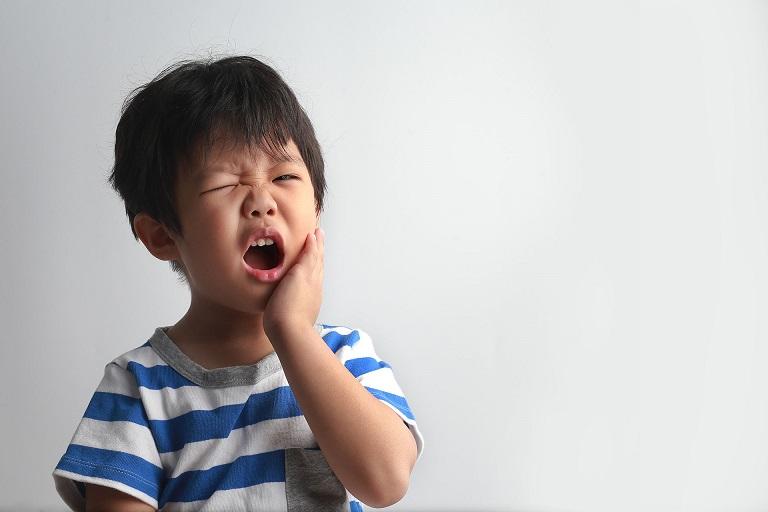 Khi mọc răng hàm, bé sẽ thường bị đau nhức