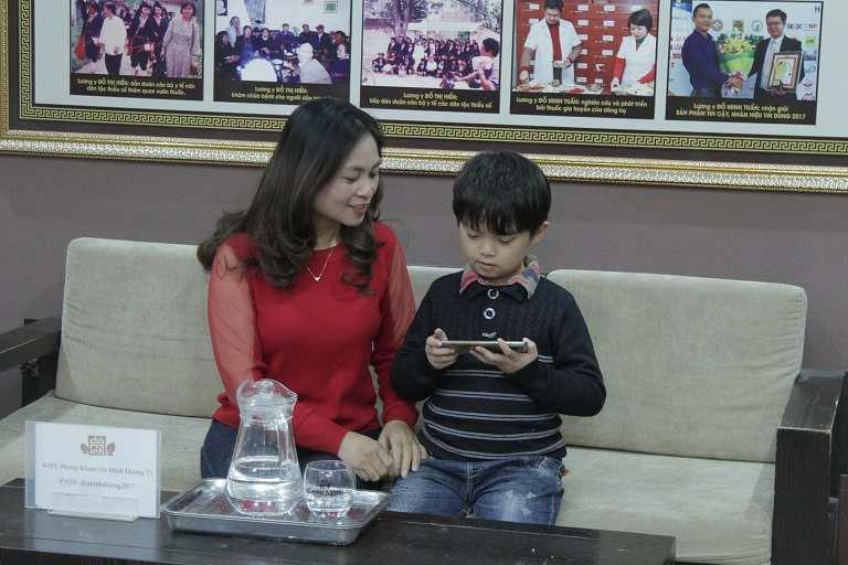 Cháu Hiếu và mẹ tại nhà thuốc nam Đỗ Minh Đường
