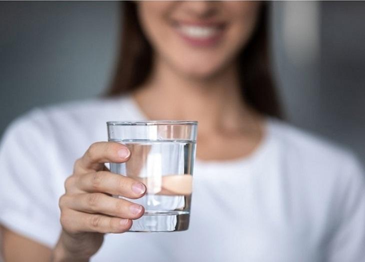 Uống đủ từ 1,5 - 2 lít nước mỗi ngày để nuôi dưỡng làn da