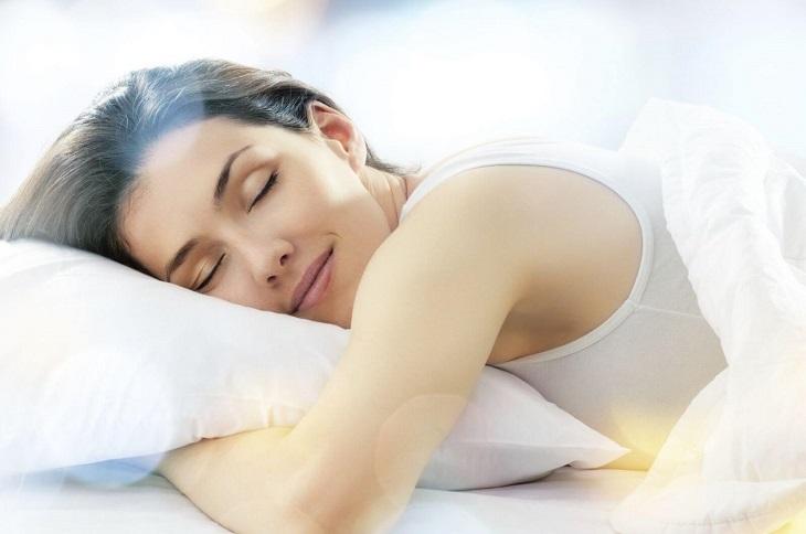 Giữ tinh thần thoải mái và ngủ đủ giấc là việc làm cần thiết chị em nên thực hiện