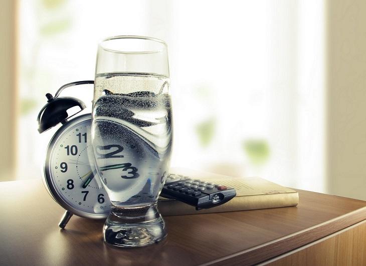 Đừng quên uống nước theo giờ để đảm bảo cơ thể luôn được cấp đủ nước