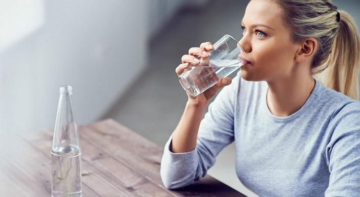 Sử dụng một lượng nước vừa đủ mỗi lần uống, không nên nạp quá nhiều hoặc quá ít