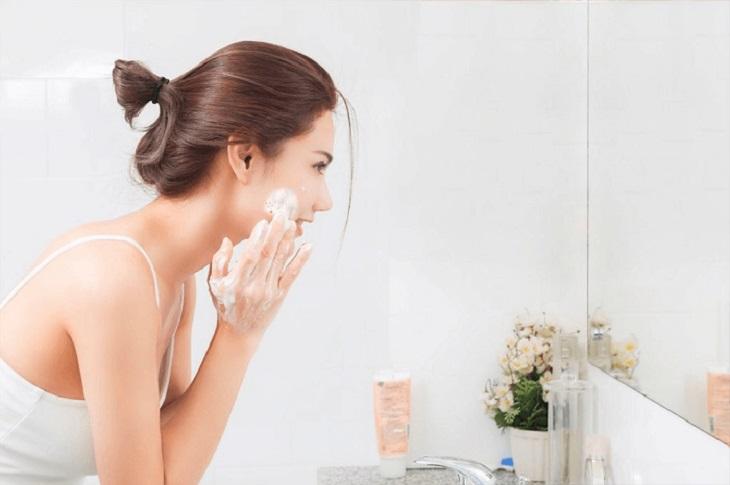 Rửa mặt đúng cách là việc làm cần thiết để làn da sớm hồi phục sau khi điều trị