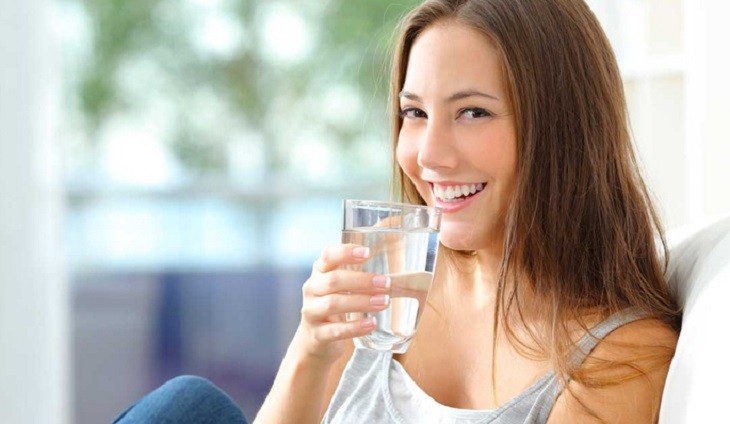 Uống đủ từ 1,5 - 2l nước mỗi ngày để bổ sung độ ẩm cho da