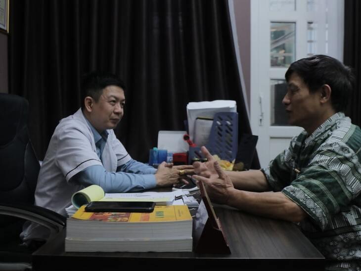 Lương y Tuấn trực tiếp thăm khám và điều trị bệnh sỏi thận cho chú Sử
