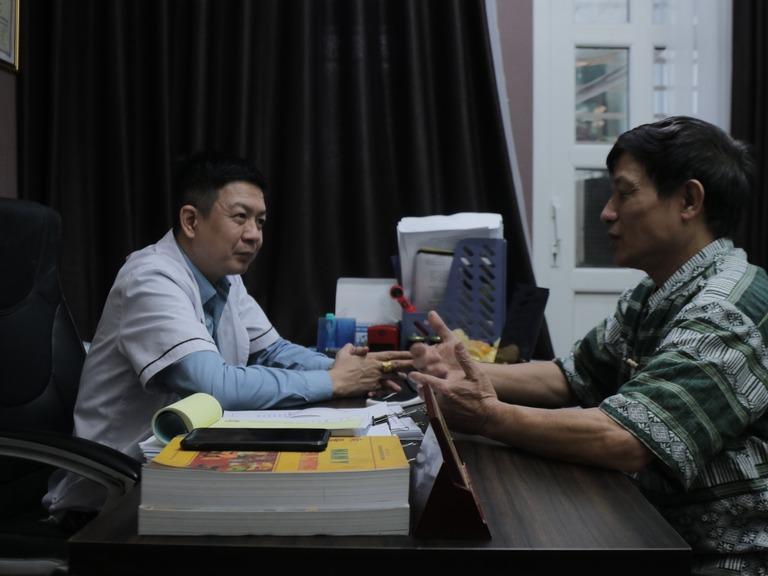 Chú Sử tới nhà thuốc Đỗ Minh Đường thăm khám và chia sẻ về hành trình gian nan chạy chữa căn bệnh sỏi thận