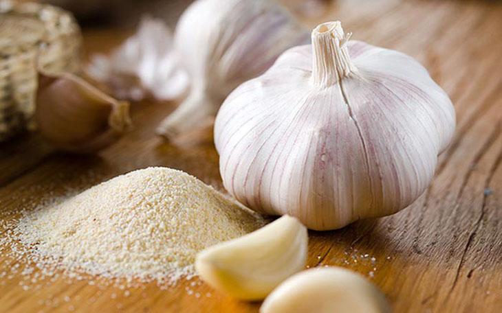 Dùng tỏi kết hợp với muối giúp giảm đau răng, ê nhức răng