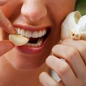 Đắp tỏi sau khi giã nguyễn lên răng để chữa đau