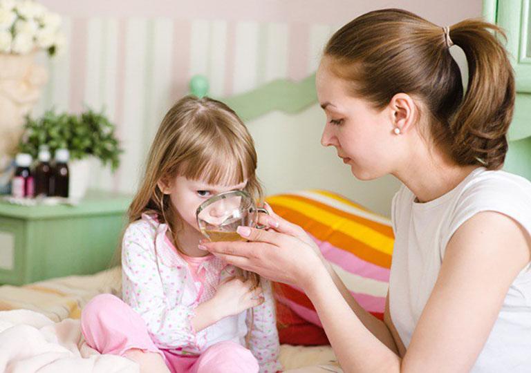 Cho trẻ uống thuốc Tây y chữa táo bón giúp việc đi tiêu diễn ra dễ dàng hơn
