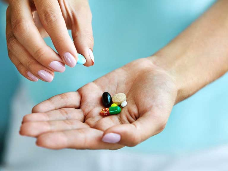 Sử dụng thuốc Tây y theo đơn kê để cải thiện chứng táo bón đi ngoài ra máu tươi