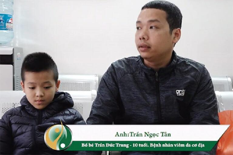 Bé Trần Đức Trung và bố đến điều trị viêm da cơ địa á sừng tại Trung tâm Thuốc dân tộc