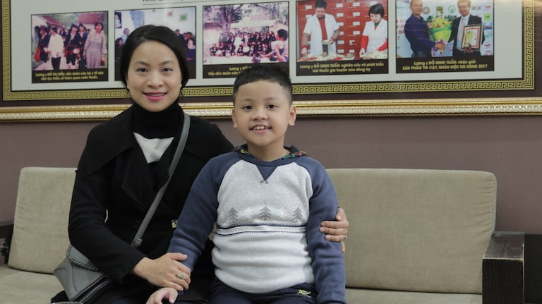 Mẹ con chị Hiền tại nhà thuốc nam Đỗ Minh Đường