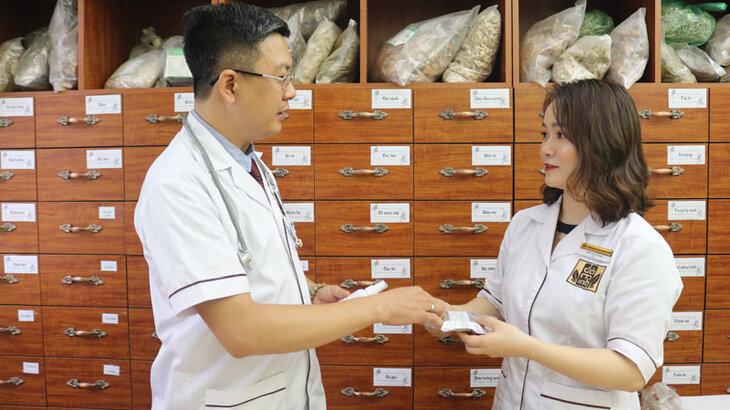 Lương y Tuấn cùng bác sĩ Hằng phối hợp hoàn thiện bài thuốc