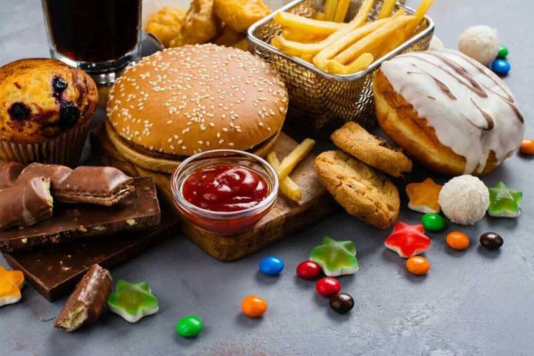 Đồ ngọt và thức ăn nhanh rất có hại cho răng miệng