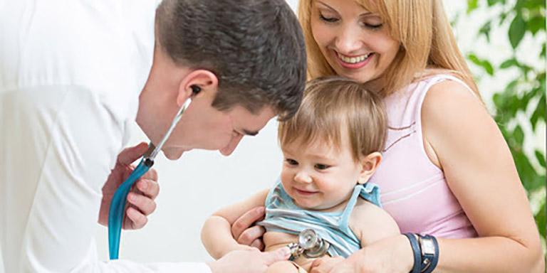 Đưa trẻ sơ sinh đến gặp bác sĩ chuyên khoa khi tình trạng táo bón diễn ra kéo dài