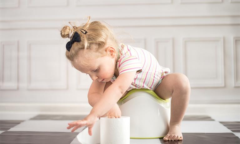 Có thể dùng thuốc bơm hậu môn trị bệnh cho trẻ nhỏ bị táo bón kéo dài