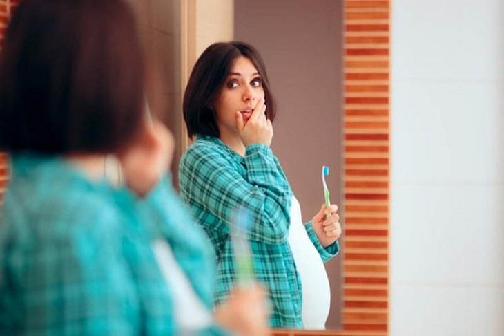 Khi mang bầu phụ nữ sẽ bị thay đổi nội tiết tố khiến răng miệng trở nên nhạy cảm hơn
