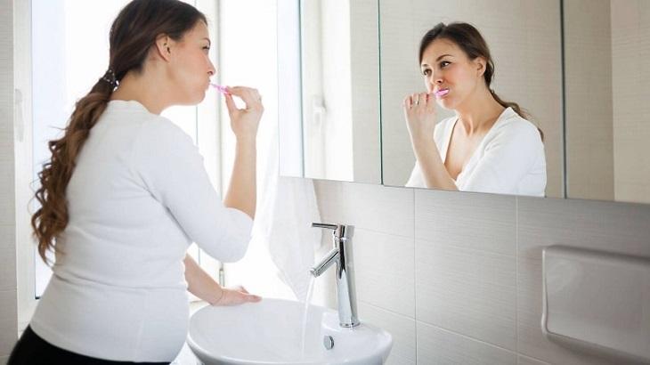 Bên cạnh việc điều trị mẹ bầu cũng nên chủ động thực hiện các biện pháp phòng tránh ê buốt răng