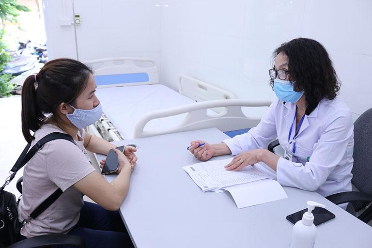 Hình ảnh Huyền trong buổi khám bệnh với bác sĩ Lê Phương