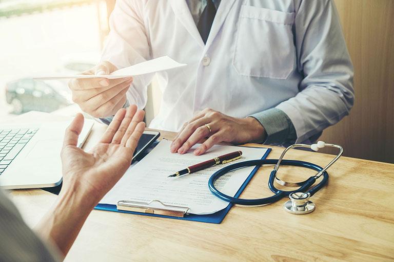 Người bệnh nên thăm khám chuyên khoa để được bác sĩ kê đơn thuốc điều trị táo bón phù hợp nhất
