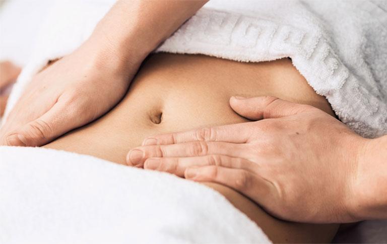 Massage có tác dụng kích thích nhu động ruột và hỗ trợ đẩy phân ra bên ngoài