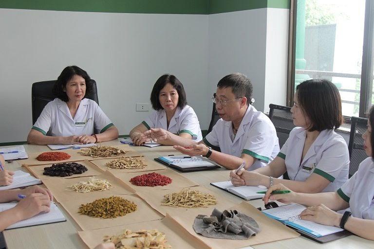 Đội ngũ chuyên gia Trung thuốc dân tộc đang họp bàn về việc gia giảm nguyên liệu