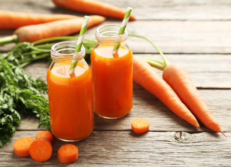 Uống nước ép cà ruốt hoặc bổ sung cà rốt vào trong thực đơn ăn uống hàng ngày cũng là cách hỗ trợ điều trị táo bón ở người cao tuổi