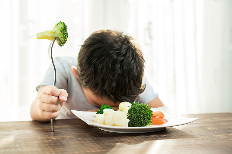 Lười ăn rau củ quả sẽ khiến cơ thể trẻ không được bổ sung đầy đủ chất xơ và gây táo bón