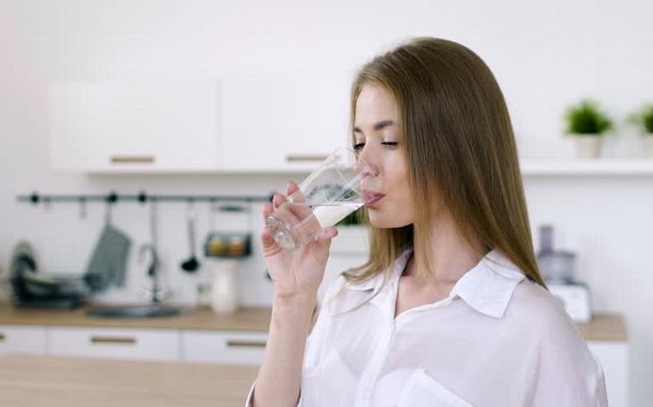 Bạn không nên uống nước quá gần giờ ngủ