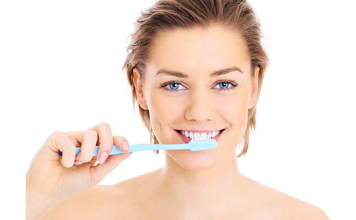 Đánh răng đều đặn hàng ngày để giữ răng miệng luôn sạch sẽ