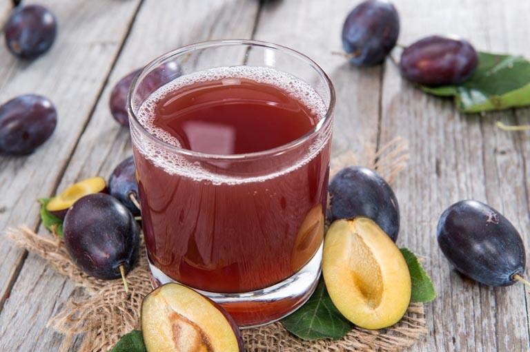 Uống nước ép mận tươi mỗi ngày giúp nhuận tràng và đầy lùi chứng táo bón