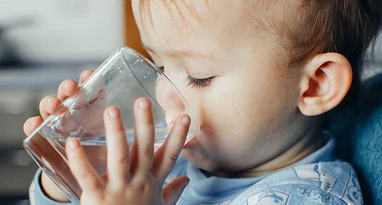 Mẹ nên cho bé uống nhiều nước hơn bình thường giúp phòng ngừa táo bón xảy ra