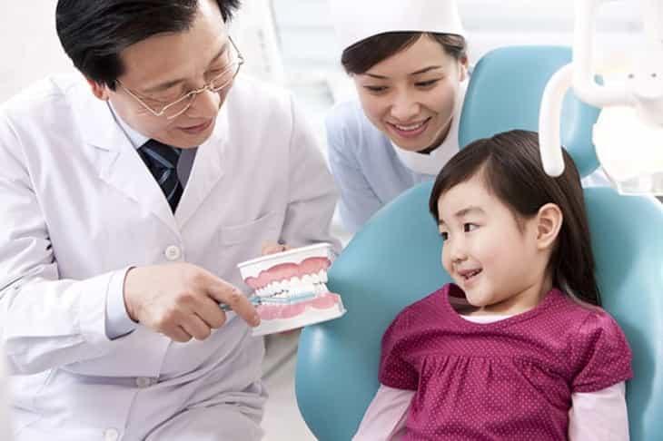 Việc thăm khám nha khoa thường xuyên giúp trẻ phòng ngừa các bệnh lý