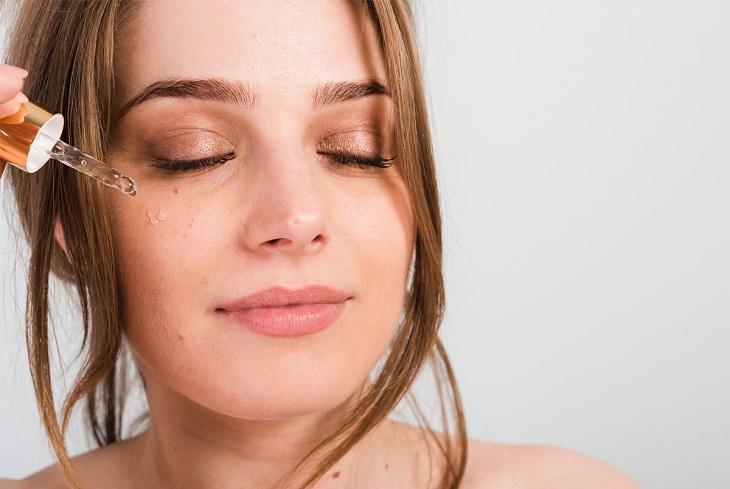 Sử dụng serum trị nám chân sâu là một trong những giải pháp được nhiều chị em tin tưởng lựa chọn