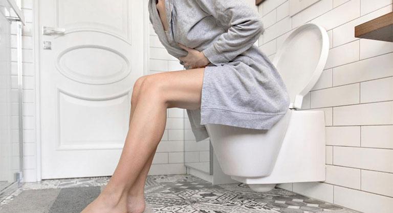Thói quen rặn mạnh khi đi đại tiện của người bệnh sẽ làm gia tăng nguy cơ phát sinh biến chứng nứt kẽ hậu môn