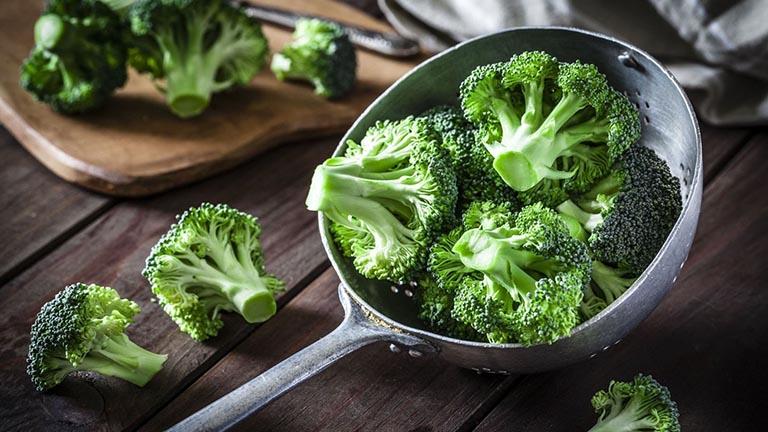 Bông cải xanh là thực phẩm có tác dụng hỗ trợ cải thiện chứng táo bón khá tốt