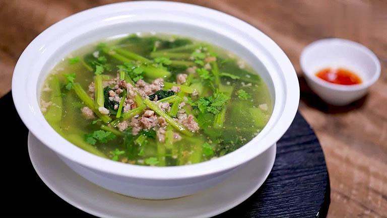 Canh rau bó xôi nấu thịt băm là món ăn hỗ trợ tiêu hóa và đẩy lùi chứng táo bón