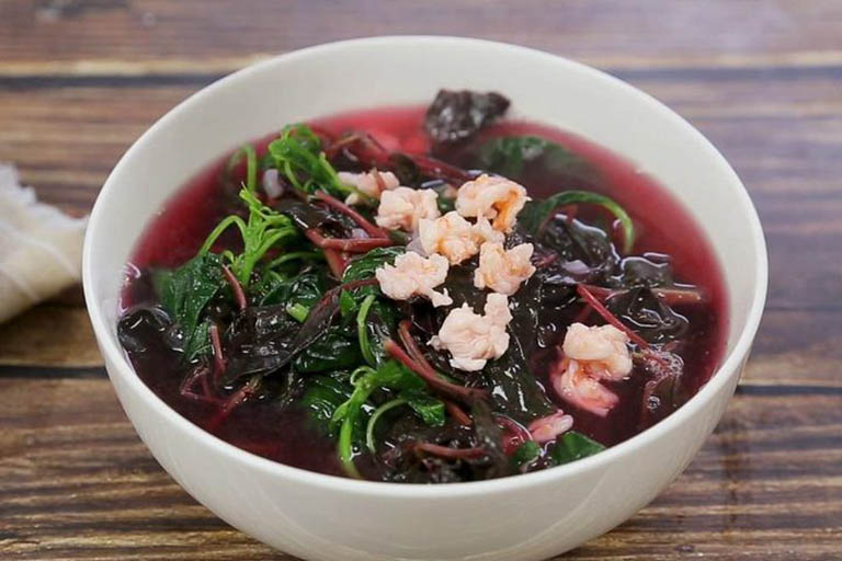 Người bị táo bón nên bổ sung thêm món canh rau dền nấu tôm vào trong thực đơn ăn uống hàng ngày